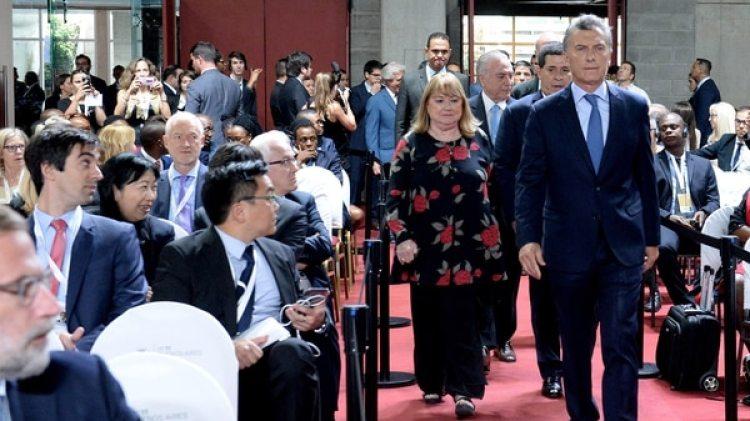 El presidente Mauricio Macri al momento de arribar al Centro de Convenciones. Detrás, la ex canciller Susana Malcorra y los mandatarios de la región (Presidencia)