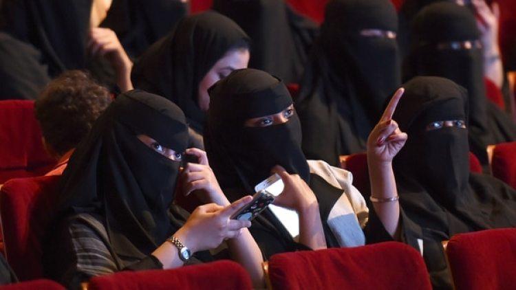 Además de manejar automóviles, las mujeres árabes ahora también podrán asistir a una función de cine comercial (AFP)