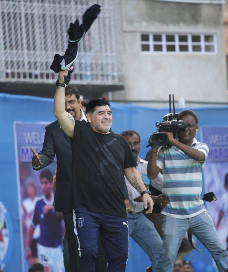 Diego Armando Maradona saluda a sus seguidores durante un evento en Calcuta (India) EFE/ Piyal Adhikary