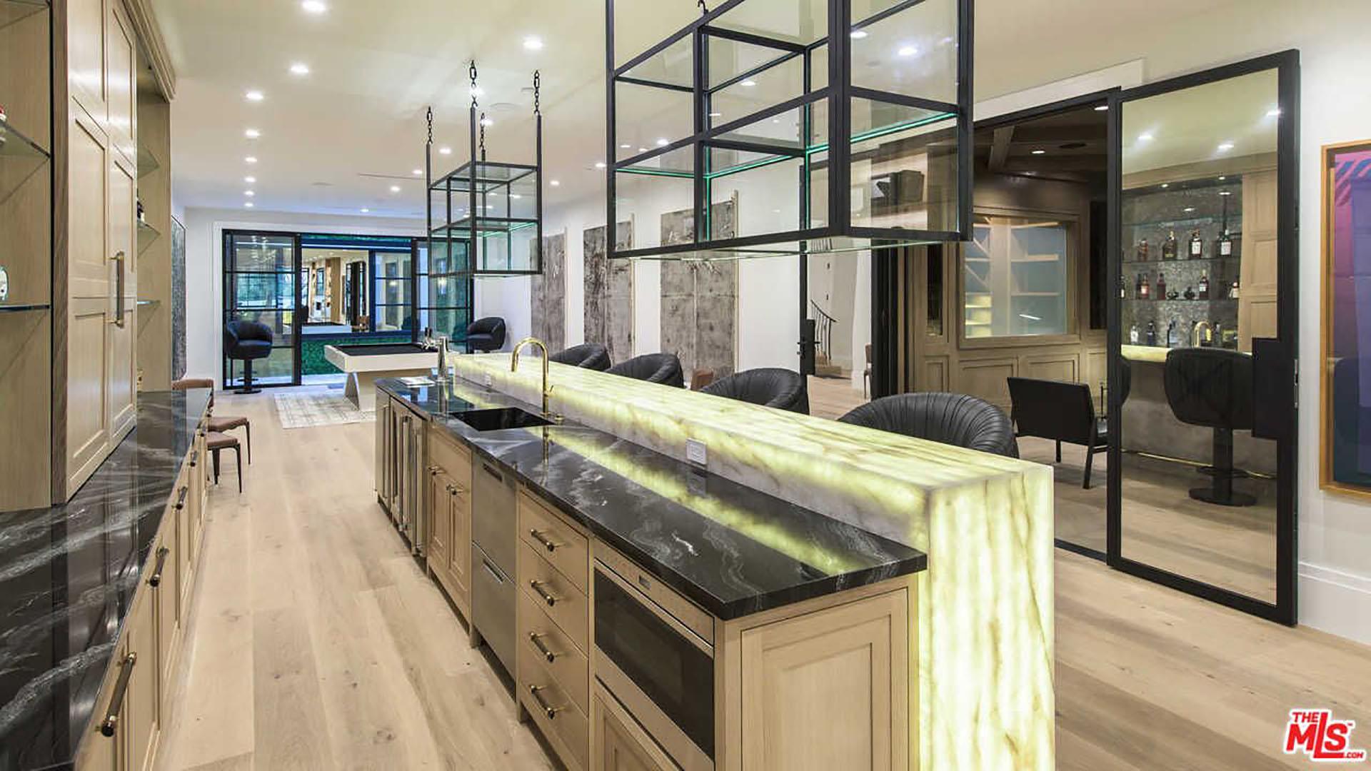 (MLS)Según Trulia.com, la majestuosa vivienda abarca cerca de 16 mil pies cuadrados y posee ocho habitaciones y 11 baños