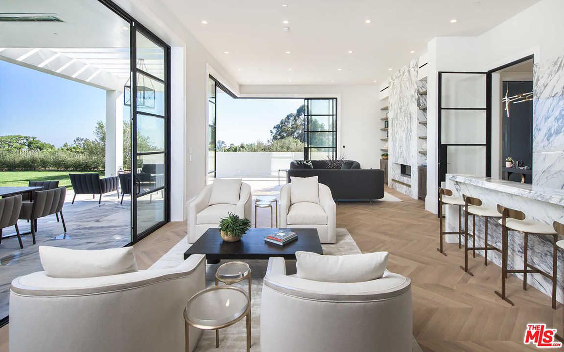 (MLS)LeBron James, actual jugador de los Cleveland Cavaliers, compró la residencia en California. Una distancia de casi 3300 kilómetros separa a las dos ciudades