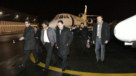 El presidente Evo Morales llega al aeropuerto Bourget en París, Francia, para participar de la Cumbre del Clima. Foto:Cancillería