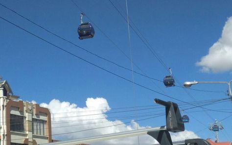 Cabinas de la Línea Azul de Mi Teleférico cuelgan del aire ante la paralización del sistema.
