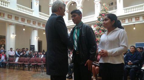 El vicepresidente Álvaro García en la entrega del bono de Bs 1.000 a mejores bachilleres