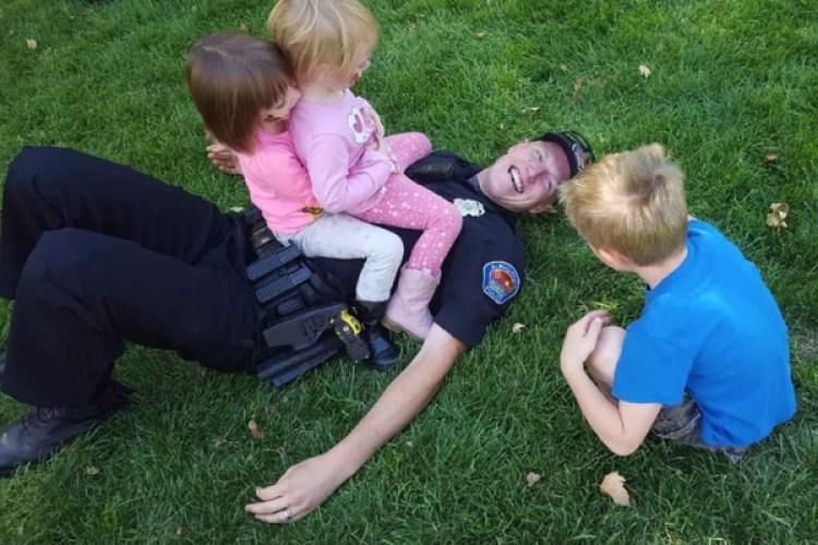 Ryan Holets juega con niños del vecindario durante una fiesta en el barrio. Holets ha estado en el Departamento de Policía de Albuquerque durante seis años. (Cortesía de Stephanie O'Guin)