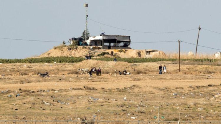 Un puesto de control de Hamas, visto desde el lado israelí de la frontera con la Franja de Gaza (AFP)