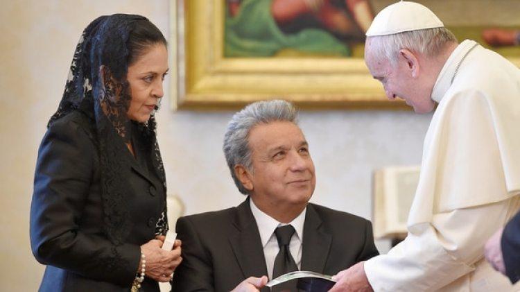 El Papa Francisco le obsequió a Lenín Moreno una pequeña escultura que representa un olivo (Reuters)