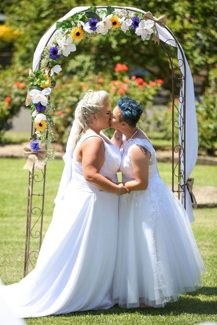 La pareja obtuvo un permiso especial para casarse ya que su familia vive en Gales y habían asistido al país para una fiesta de compromiso. La ley prevé que los matrimonios regulares comiencen a partir del 9 de enero(Getty)