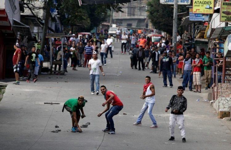 Manifestantes arrojan piedras contra la policía (Reuters)