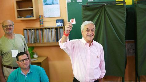 El candidato presidencial Sebastián Piñera muestra su voto durante las elecciones presidenciales en Santiago de Chile.