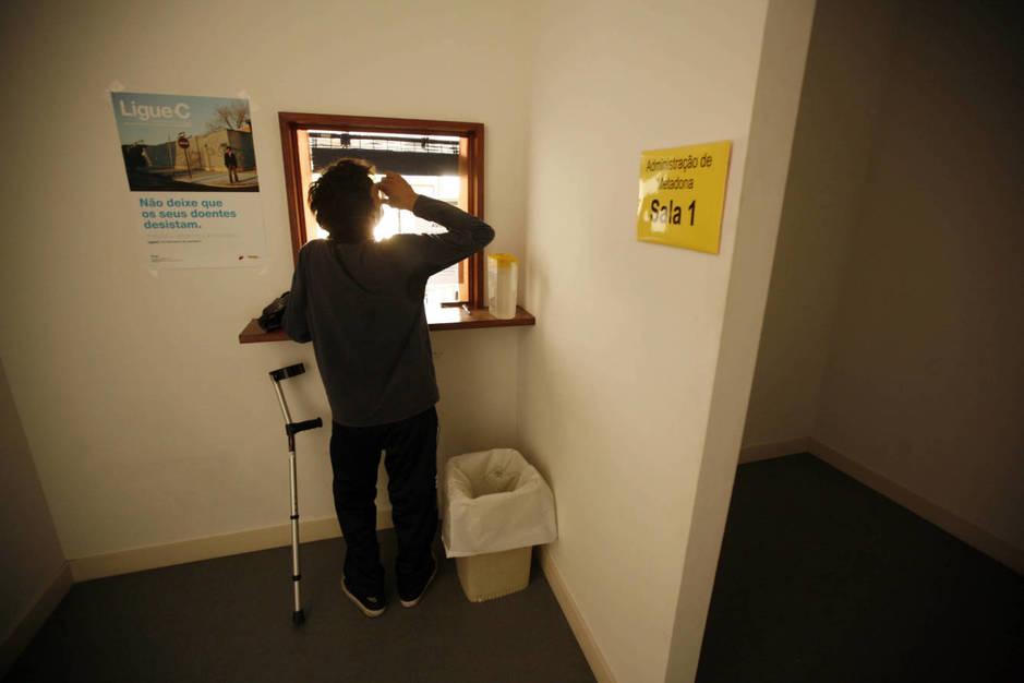 Un paciente toma su dosis de metadona en una clínica de rehabilitación de Lisboa. (Reuters/Rafael Marchante)