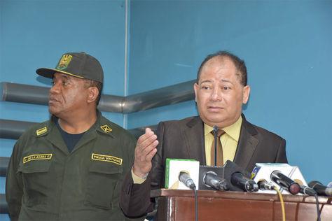 Conferencia del ministro Carlos Romero y el comandante general de Policía, Abel de la Barra, sobre plan de seguridad por fin de año.