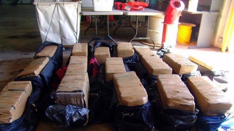 Durante su operativo, el navío halló en aguas internacionales varios alijos de cocaína que contenían más de 800 kilos de cocaína, equivalentes a USD 53 millones, y en medio de ellos una tortuga marina enredada en las redes