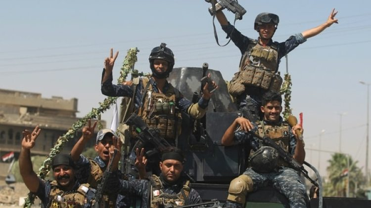 Tropas iraquíes celebran la victoria en julio de 2017 (AFP)