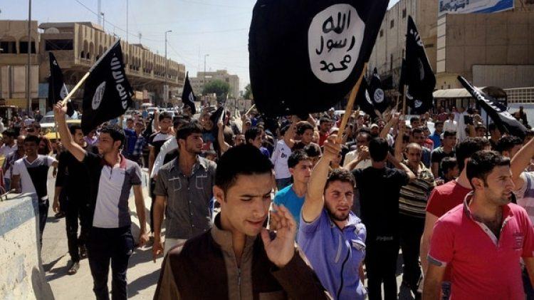 Movilización del Estado Islámico en Mosul, en tiempos de la ocupación. El ISIS es el mayor causante de muertes entre los civiles, seguido por la coalición (AP)