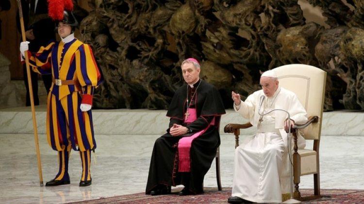 El Papa Francisco ante el personal del Vaticano durante una audiencia especial en la sala Pablo VI del Vaticano el 21 de diciembre de 2017. (Reuters)