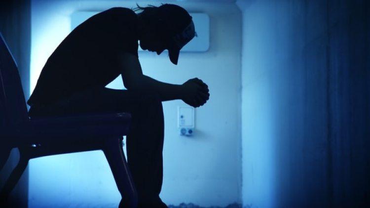 Cuando la luz disminuye en días invernales, el ritmo circadiano se desestabiliza y la persona se llega a sentir deprimida (iStock)
