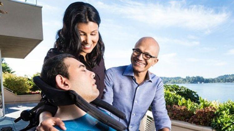 Satya Nadella, junto a su esposa y a su hijo
