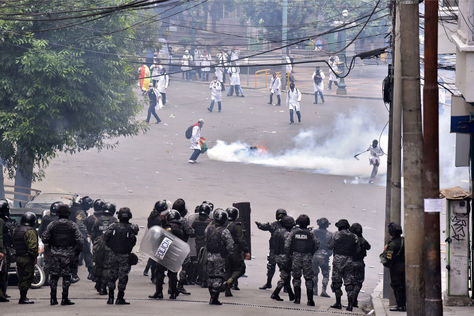 Enfrentamientos entre estudiantes de medicina y efectivos de la Policía en inmediaciones del Ministerio de Salud. Foto: La Razón