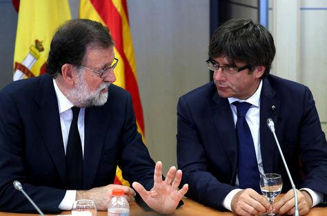 El jefe del Gobierno español, Mariano rajoy (izq.) conversa con el presidente catalán, Carles Puigdemont, en una reunión anterior. Foto: Archivo EFE