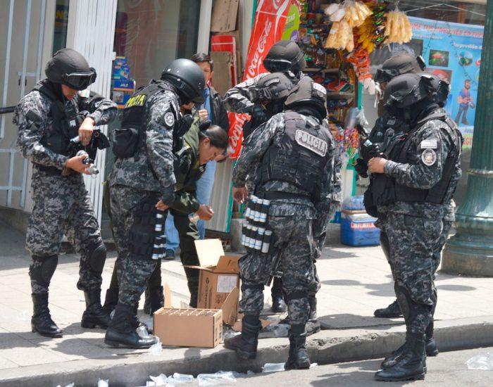 Efectivos policiales detuvieron a ocho universitarios, luego de una nueva manifestación violenta de apoyo al paro médico.
