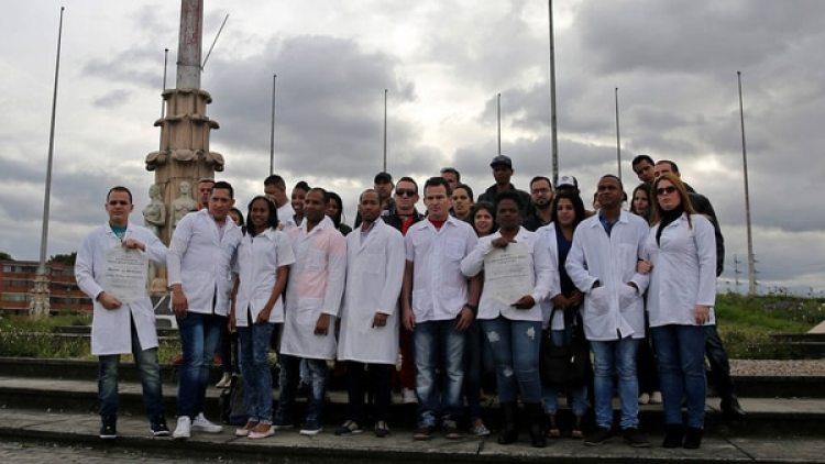 Médicos cubanos en Colombia protestan contra las sanciones aplicadas por el régimen cubano