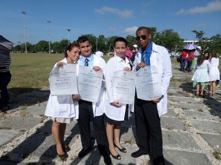 Miguel Guerrero Fernández (el segundo de izquierda a derecha) al recibirse de médico, en Cuba
