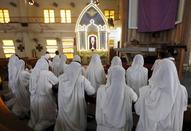 Las misioneras de la Caridad rezan en Calcuta. (EFE)