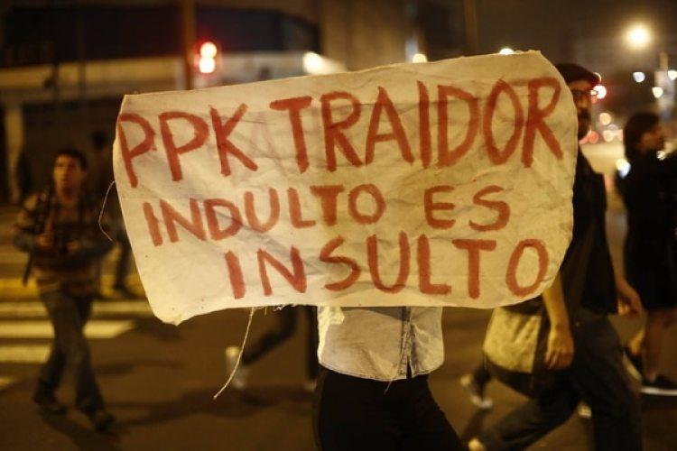 Manifestantes protestan contra el indulto a Fujimori. (Cortesía Perú21)
