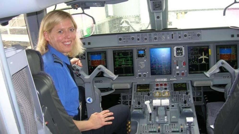 Foto: Bonny Simi a los mandos de un avión.