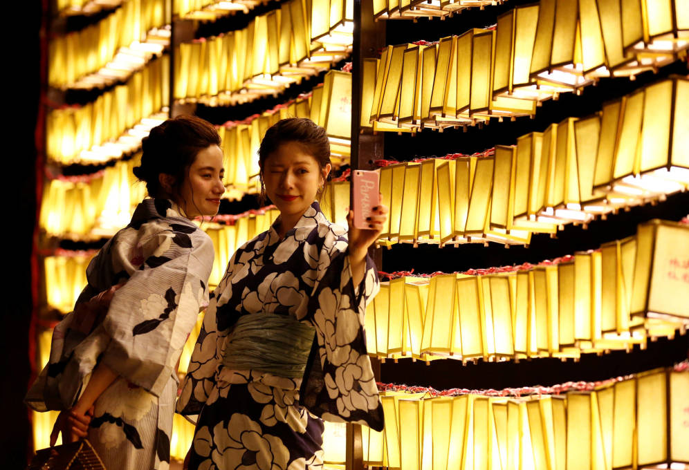 Foto: Dos japonesas posan para un 'selfie' durante el festival Mitama, en Tokio. (Reuters)