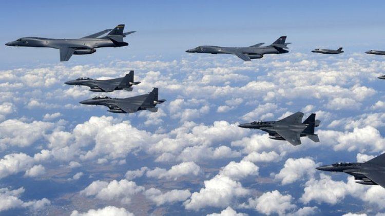 Bombarderos B-1B de la Fuerza Aérea de Estados y su escolta, volando sobre la península de Corea (AFP)
