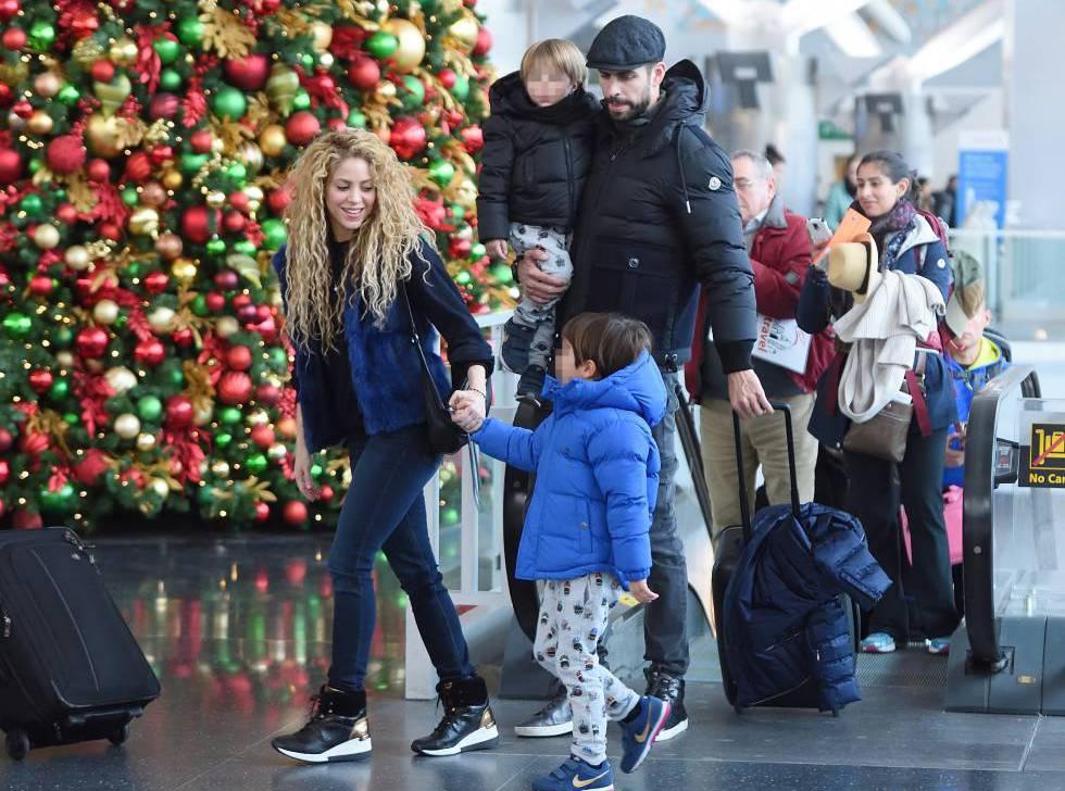 Shakira, Piqué y sus dos hijos, a su llegada al aeropuerto de Nueva York el pasado 24 de diciembre.