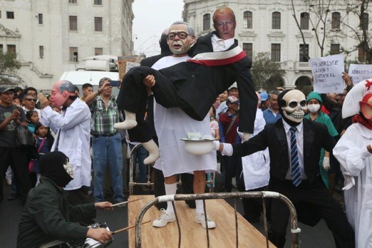 """Actores se burlan de """"Kuczynski en las manos de Fujimori"""" (REUTERS/Guadalupe Pardo)"""
