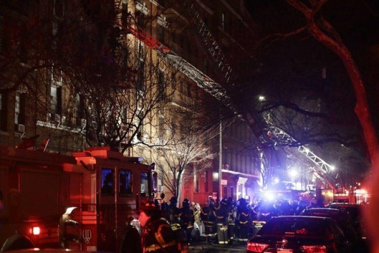 Bomberos en el lugar del incendio, en el barrio neoyorquino de Bronx (AP/Frank Franklin II)