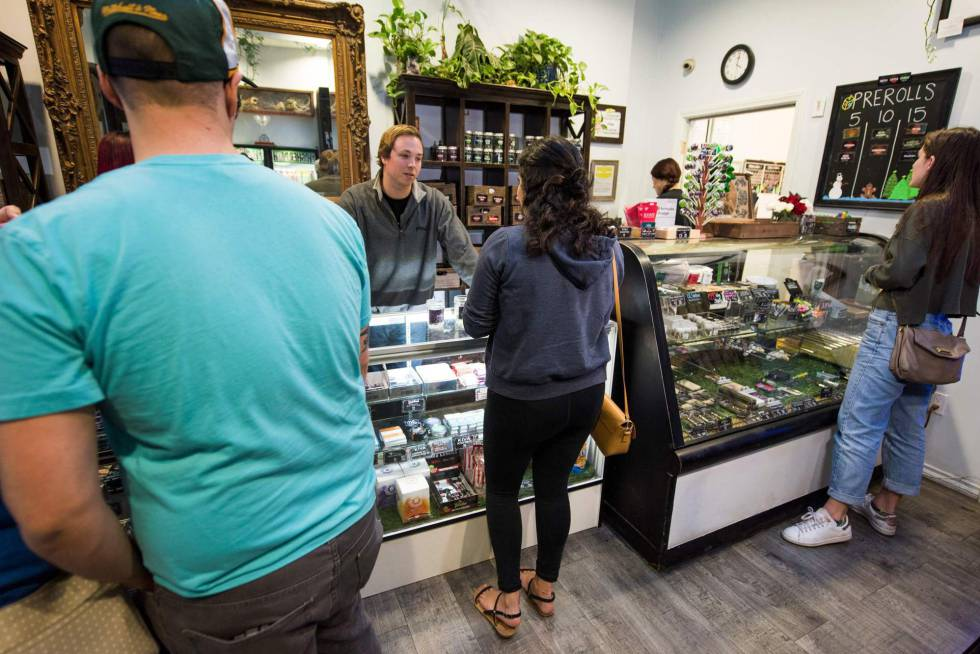 Clientes en un dispensario de marihuana, el miércoles en Los Ángeles.