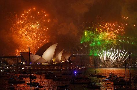 Fuegos artificales iluminaron el edificio del Opera House en Sidney, Australia.