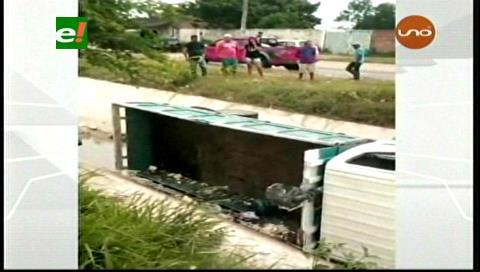 Camión cae a un canal de drenaje por exceso de velocidad