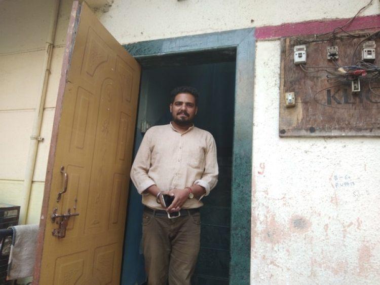 Vivek Tamaichikar creó un grupo de Whatsapp con jóvenes de Kanjarbhat que querían acabar con la práctica de las pruebas de virginidad (The Washington Post / Vidhi Doshi)