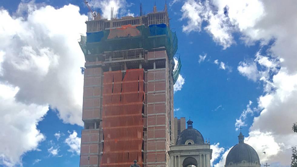Así luce la construcción del la Casa Grande del Pueblo, un edificio de 28 pisos frente al Palacio de Gobierno y la Catedral.