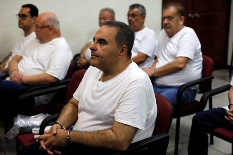 Elias Antonio Saca, esposado (REUTERS /Jose Cabezas)