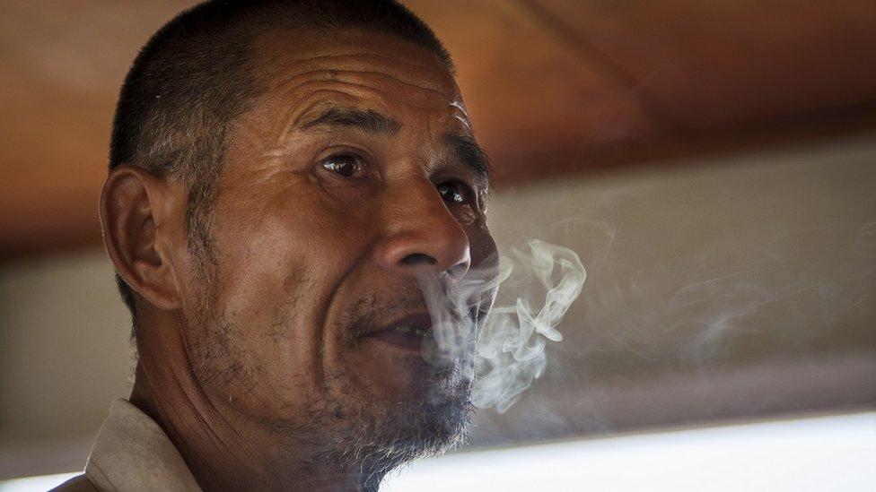 Hombre fumando en China
