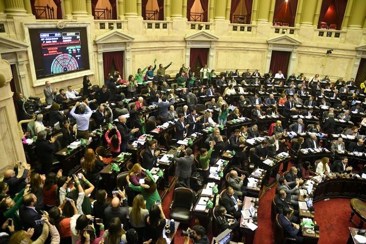 Diputados del Parlamento argentino celebran el resultado de la votación en el debate para aprobar la interrupción voluntaria del embarazo. Foto:DPA