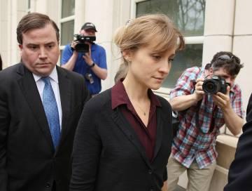 La actriz Allison Mack saliendo de una audiencia tras ser acusada de tráfico sexual, el pasado 4 de mayo, en Nueva York, Estados Unidos.