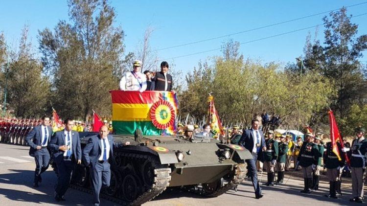 El presidente Evo Morales en los actos por el 193 aniversario de las Fuerzas Armadas de Bolivia en Cochabamba y no lució la banda ni la medalla presidencial,