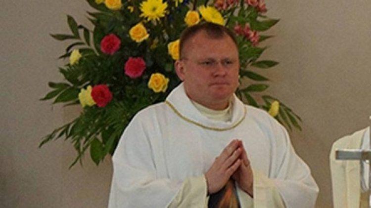 El padre Pewelec tuvo que regresar anticipadamente de sus vacaciones de verano en su Polonia natal
