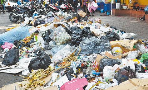 Quillacollo. Promontorio de basura en cercanías del mercado.