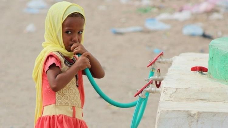 Una niña yemení desplazada bebe agua en un campamento establecido para personas que huyeron de las zonas de batalla (AFP PHOTO / Saleh Al-OBEIDI)
