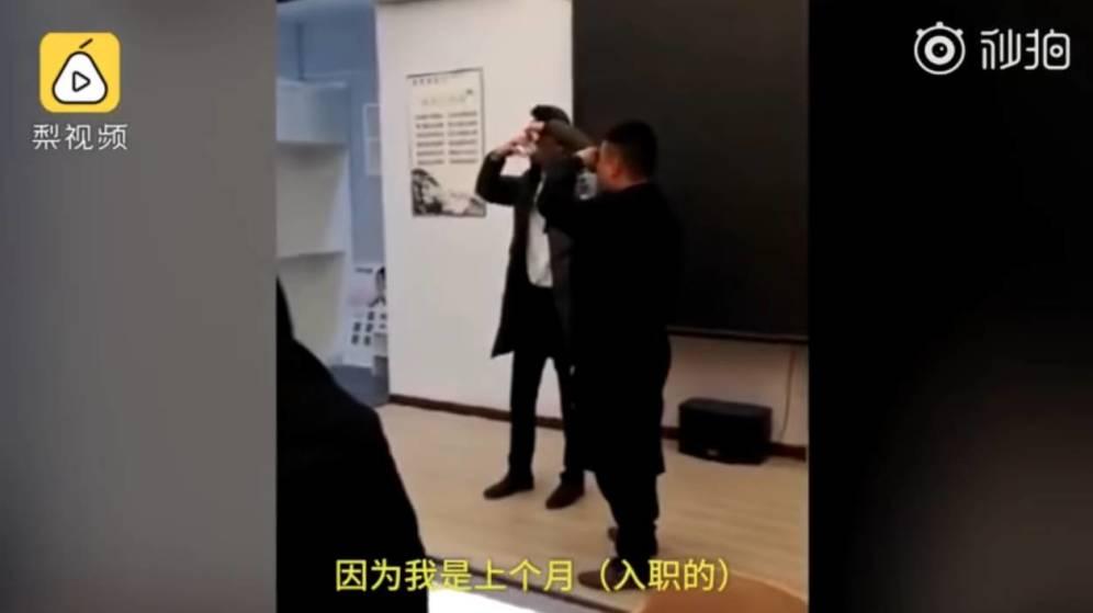Foto: Captura de pantalla de un vídeo en el que se ve a los empleados siendo obligados a beber orina
