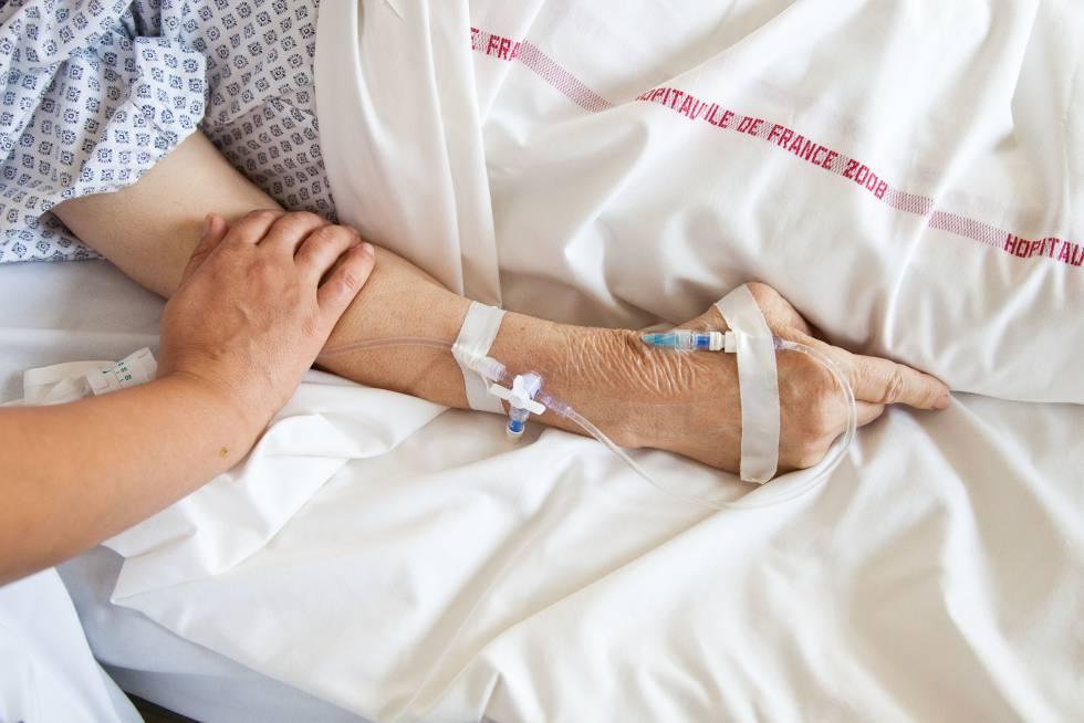Administración de morfina en un hospital en cuidados paliativos.